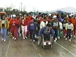 最終ランナーの車いすの男の子。みんな「頑張れ!」と応援しながら一緒に走りました。