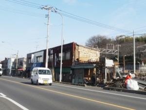 右側のお店の撤去工事中。現在はすでに、この1件分が更地になっています。