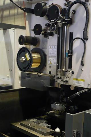 大阪府大東市のワイヤーカットやマシニングセンタ加工や形彫放電加工の有限会社フジムラのワイヤーカット放電加工の加工風景
