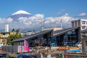 工事中のブルワリー&レストランと富士山