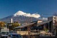 オープン前のブルワリー&レストランと富士山
