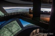 すり鉢状建物の内側螺旋状スロープ壁面には動画が映写されています