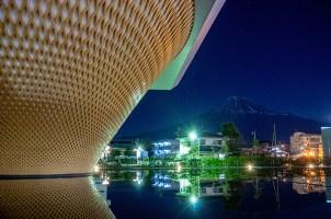 消灯後の世界遺産センターと月明かりの富士山