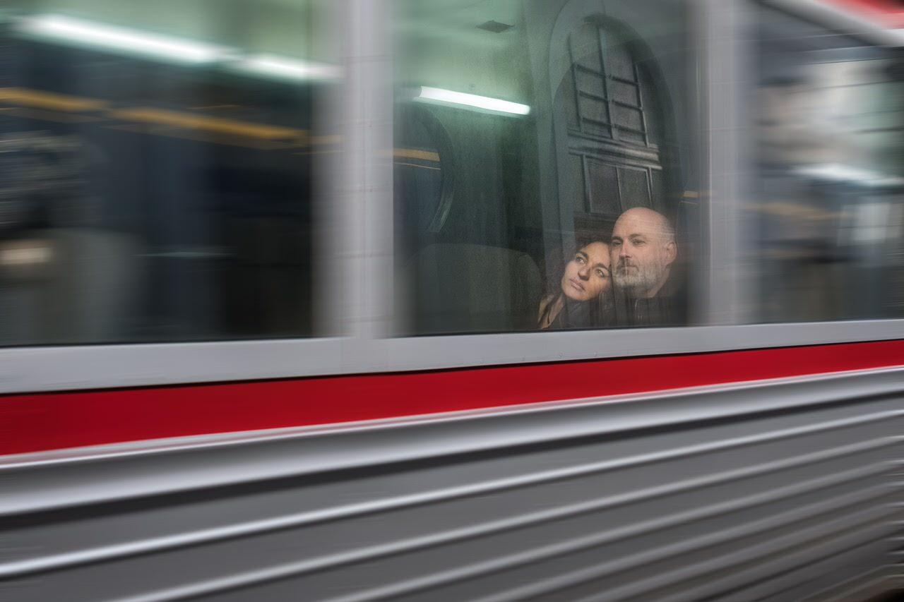 """Primer premio: """"El tren hacia una nueva vida"""" por Antonio Rodríguez. X-Pro2 + XF 23mm F1.4 R."""