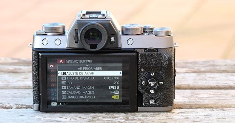 La Fujifilm XT100 por detrás.