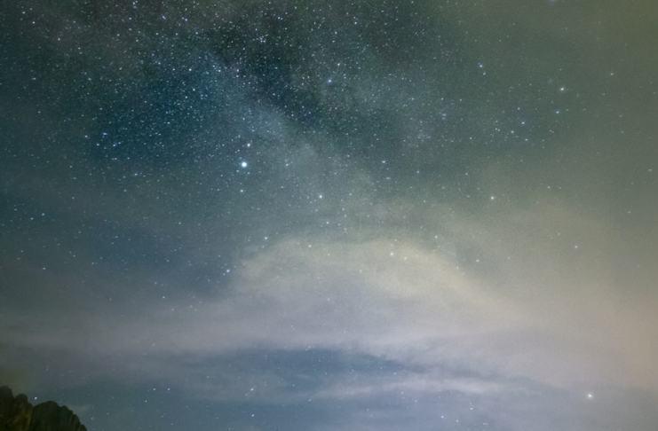 """""""Vía Láctea entre nubes"""" por Cristina Ariza. Fujifilm X-T10 + Samyang 12mm f/2."""