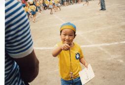 年少さんのとき、幼稚園の運動会でお父さんにプレゼント。ペンダントと手紙です。本人は少し緊張ぎみの様子。