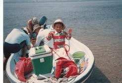 大叔父が小さな船を持っていて、小さいころはよく大島に連れて行ってもらっていたそうです。船に乗っているのは、祖父と大叔父と父ですね。写真ではとっても楽しそうにしていますが、私自身はは残念ながらまったく覚えていません。
