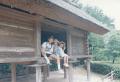 家族旅行で訪れた滋賀県の大中の湖南遺跡にて妹たちと 1994年8月13日