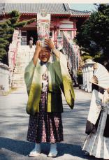 七五三で連れてきてもらった弘法さんでの1枚。千歳あめにはしゃいでいますw