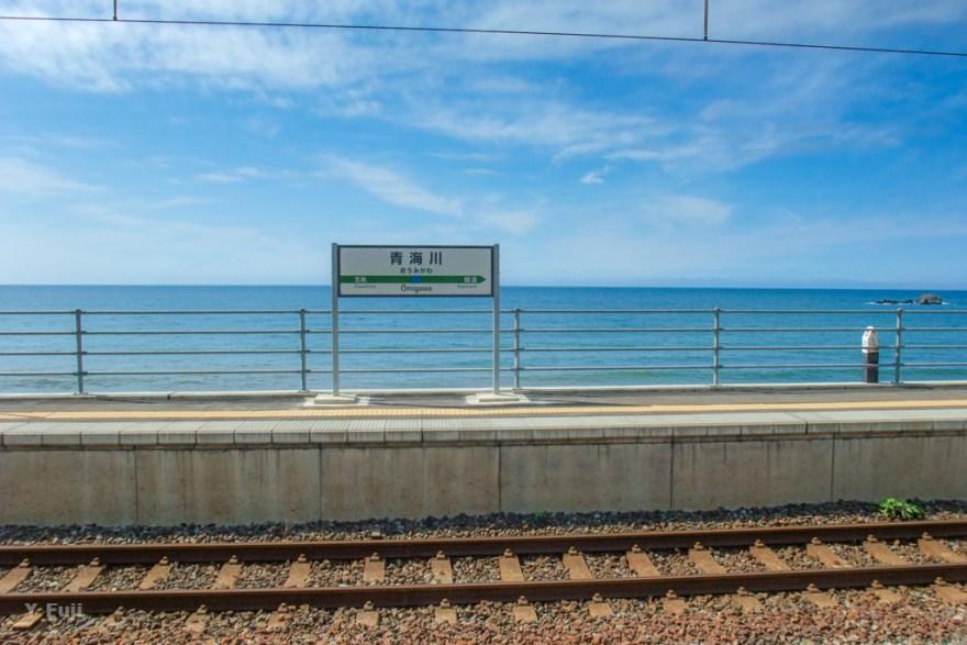 青海川駅ホームと日本海
