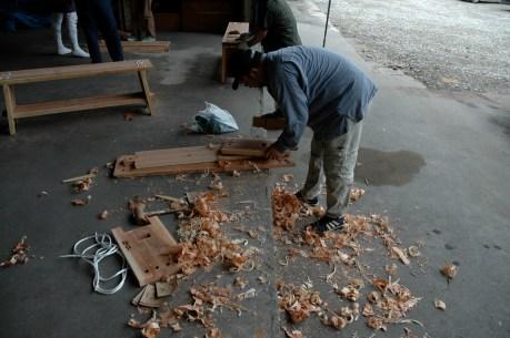 山から木を切り出して製材して縁台を作って町に風情をつくるワークショップ5,5