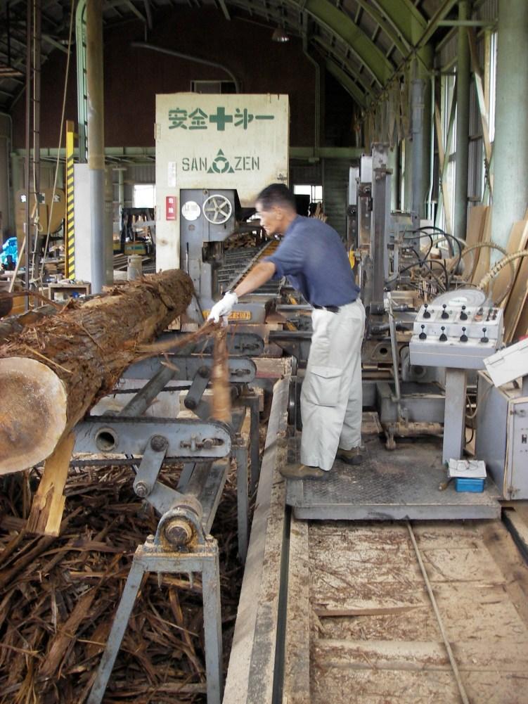 山から木を切り出して製材して縁台を作って町に風情をつくるワークショップ3