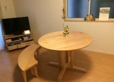 丸テーブルと丸いベンチ