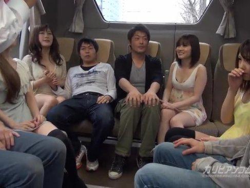 バコバコ大乱交バスツアーに参加した超可愛い淫乱ギャル達が早速チンポを頂いちゃってるスワツピング動画