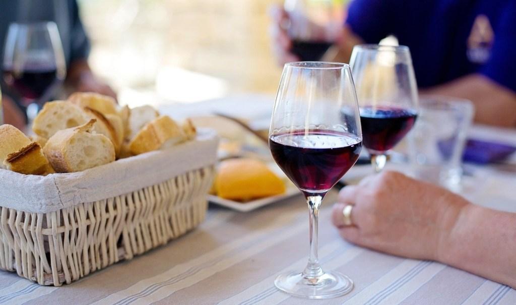 チーズとワインを楽しむ家族