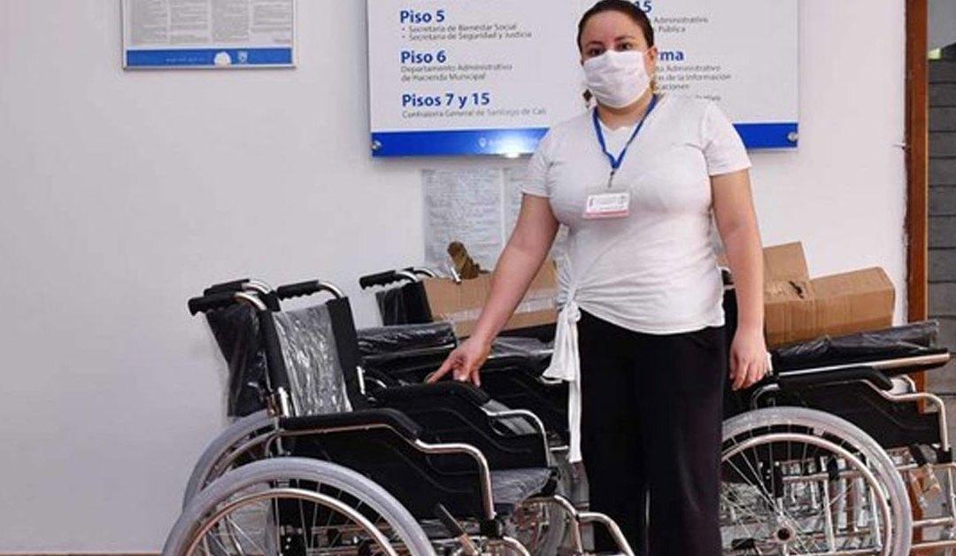 La Administración Distrital de Cali continua entregando sillas de ruedas a la población con discapacidad