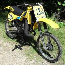 1982_Suzuki_RM250_front_right
