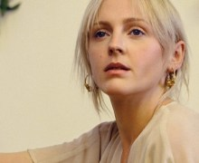 Watch Laura Marling Perform 'Soothing' on KCRW