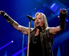 "Vince Neil on Mötley Crüe Reunion Tour Holdup: ""There is no tension between me and Tommy"" 2019"