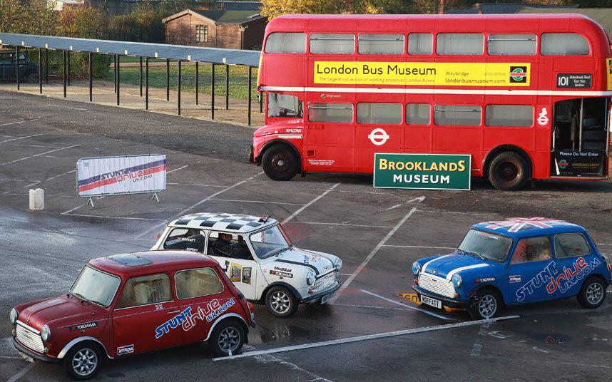 Алистер Моффат из Stunt Drive UK поставил рекорд по параллельной парковке задом.
