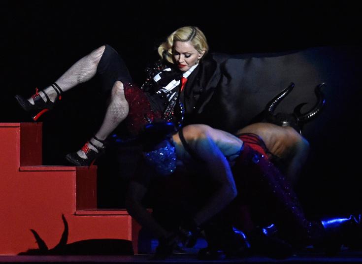 12. Падение Мадонны во время ее выступления на Brit Music Awards в O2 Arena в Лондоне.