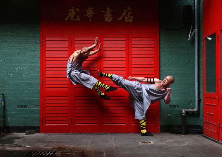 16. Монахи Шаолиня позируют для фотографа в китайском квартале Лондона.