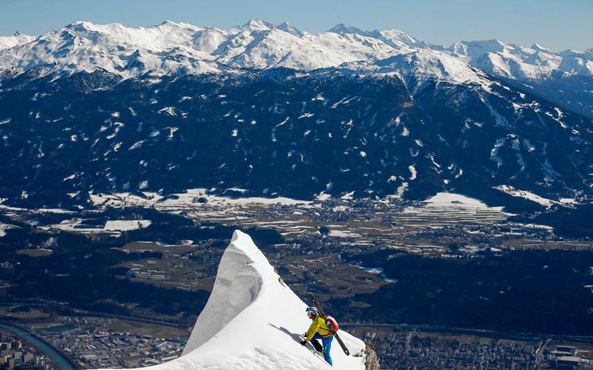 19. Лыжник взбирается на вершину горы, которая возвышается над австрийским городом Инсбруком. Фото: REUTERS / Dominic Ebenbichler.