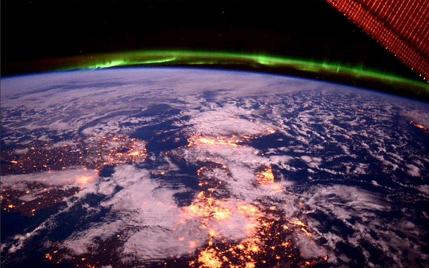 23. Астронавт НАСА Терри Вирц сделал этот красивый снимок пролетая над Британскими островами, запечатлев северное сияние над Шотландией.
