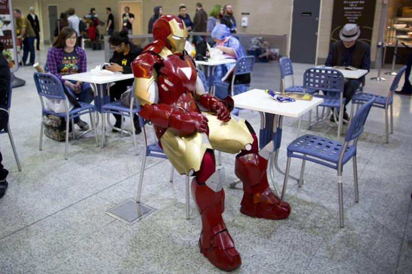 24. Железный человек в лондонской столовой во время проведения ComicCon.