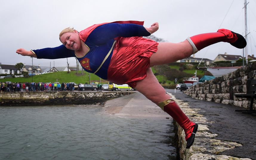 3. Angela McClements прыгает в ледяную воду в Северной Ирландии.