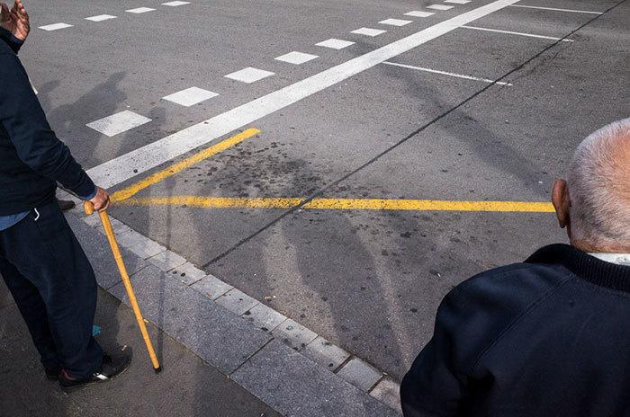 3. Трость мужчины в сочетании с желтой дорожной разметкой образовала стрелу.