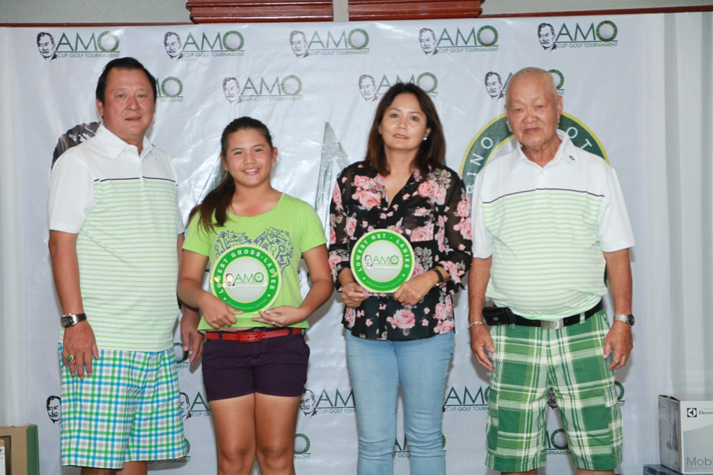Willy T. Go and John Uy awarded the prizes to the winners of the ladies division, who were (from left) lowest gross Angela Mangana and lowest net Mayette Alba.