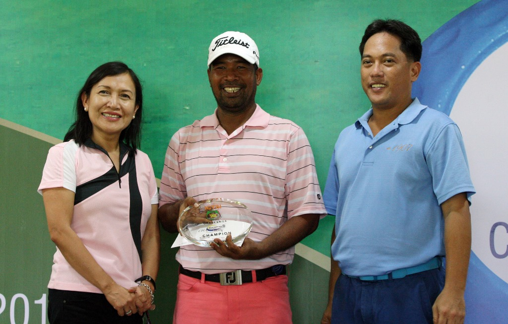 Cassius Casas (center) holds his trophy and prize as he poses with ICTSI Public Relations head Narlene Soriano (left) and Iloilo Golf and Country Club director Dr. Salvador Aguirre after edging Elmer Salvador to capture the P1 million ICTSI Iloilo Golf Challenge crown last Saturday.