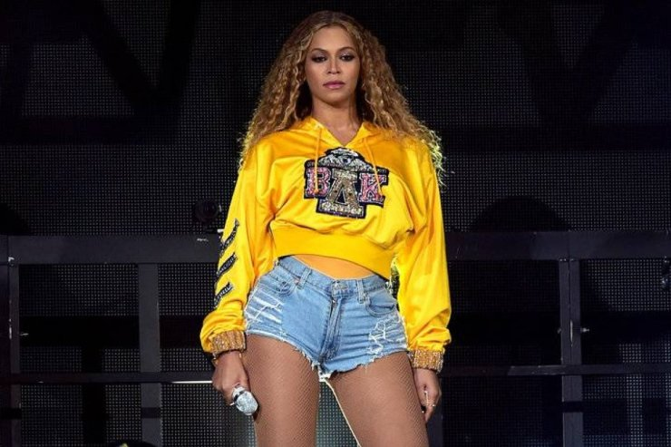 Beyonce hot in yellow