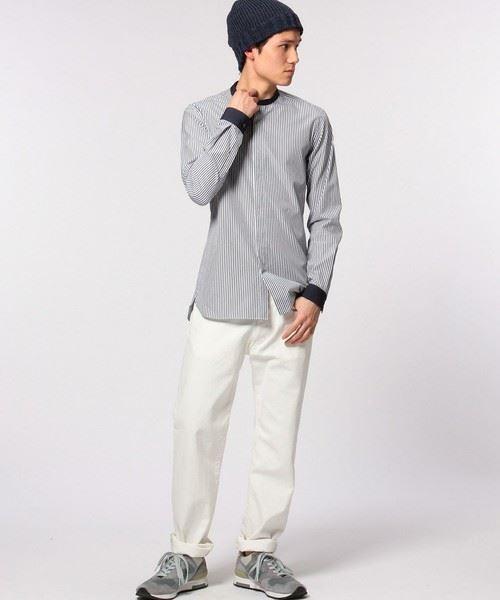 UNITED ARROWSのコンビバンドカラーシャツを白パンツを着こなす男性