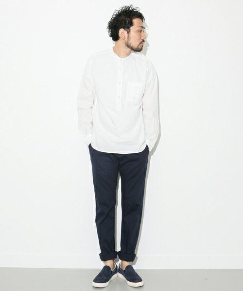 URBAN RESEARCH DOORSの白ノーカラーシャツを着こなした男性