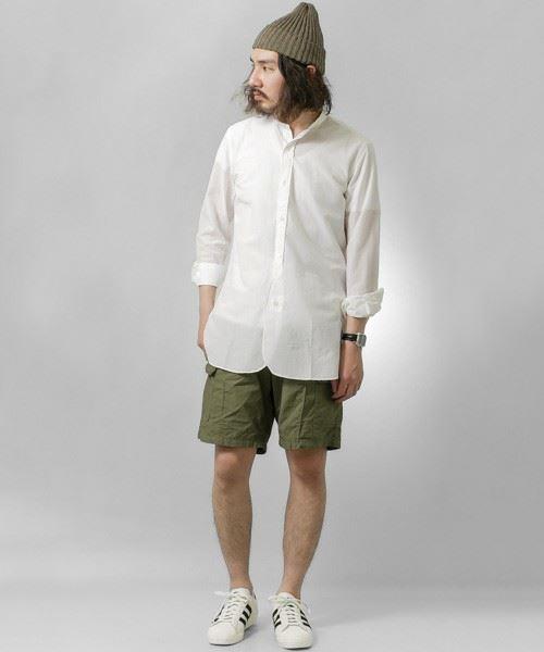 URBAN RESEARCH DOORSのバンドカラーロングシャツを着こなした男性