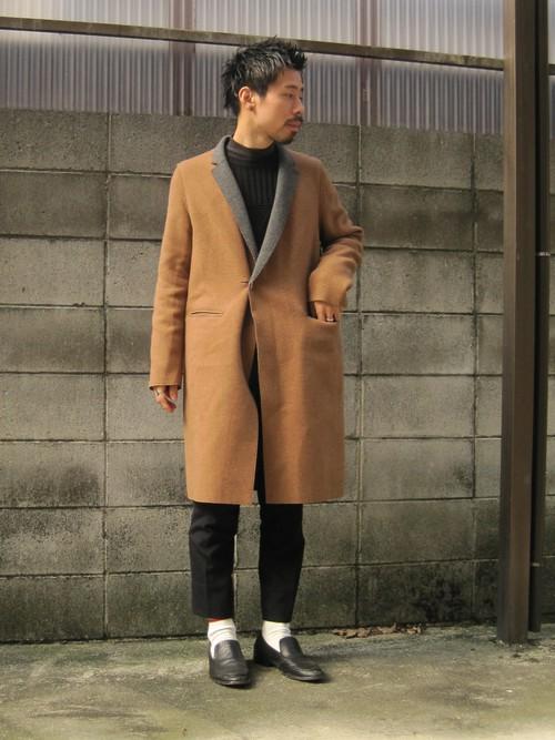 UNDER COVERのコートと黒スラックスを着こなすメンズ