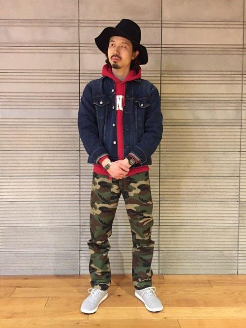 Gジャン×カモフラパンツに赤パーカーを差し込んだカラフルな男性のファッションスタイル