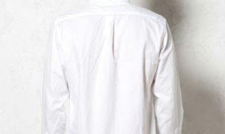 ジャストサイズのシャツを着た男性の後ろ姿