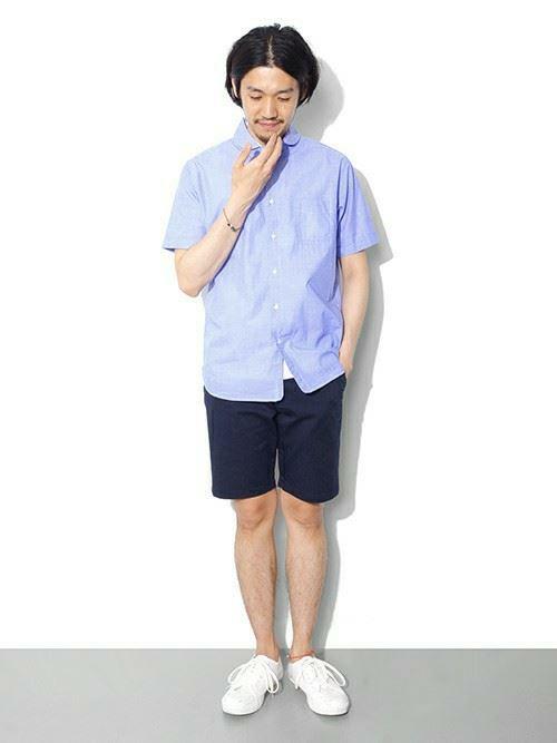 ネイビーショーツと青シャツのメンズコーディネート