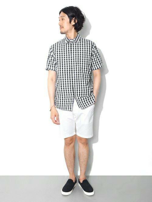 白ショートパンツとギンガムチェックシャツのメンズコーディネート