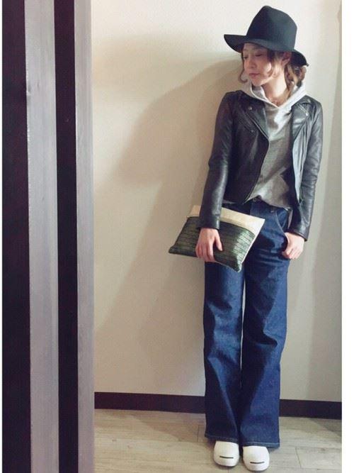 ワイドパンツを着こなした女性のコーディネート4