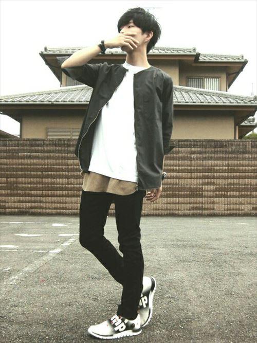 流行のロング丈Tシャツ・タンクトップを着こなした秋冬メンズコーディネート画像5