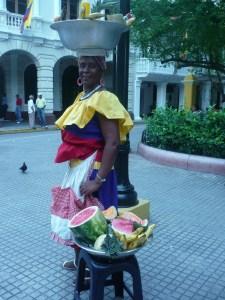 ella es la famosa palenquera colombiana, es una señora nacida en un pueblo cercano a cartagena llamado palenque, esta señora se caracteriza por ser un vendedora de frutas o dulces tipicos....espectacular