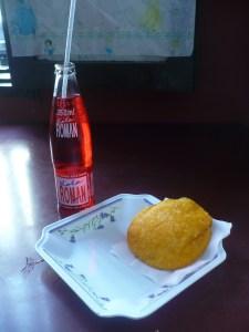 """el popular """"toxico cartagenero"""" compuesto por una refrescante gaseosa llamada kola roman y uan delicosas arepa de huevo..."""