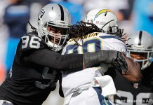 Denico Autry, defensive end do Raiders, tackleando Melvin Gordon, running back do Los Angeles Chargers