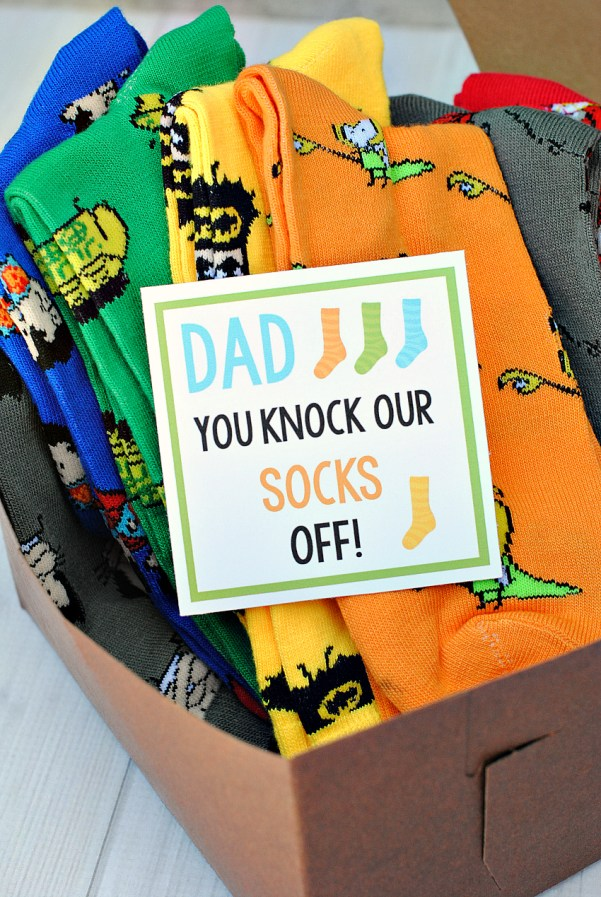 Easy Father's Day Gifts-Add this Dad You Knock Our Socks Off tag to a bunch of fun and crazy socks and you've got a great gift for Dad that he will actually use! #fathersday #fathersdaygifts #fathersdayideas
