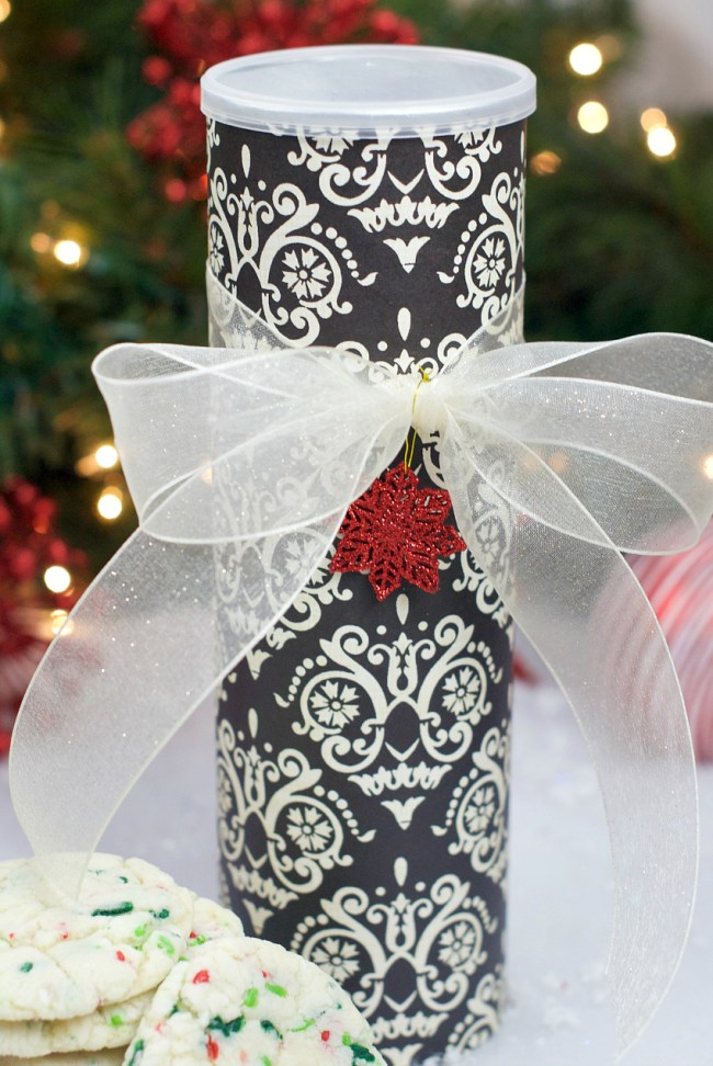 Fun and Creative Christmas Cookie Containers-Made from a Pringles Can
